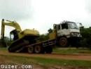 トラックから降りるショベルカーの妙技
